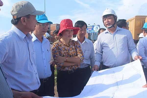 Phó Chủ tịch UBND TP Cần Thơ Đào Anh Dũng (bìa trái) kiểm tra công tác giải phóng mặt bằng và xây dựng đường Trần Hoàng Na đường song hành tới nút giao IC3.
