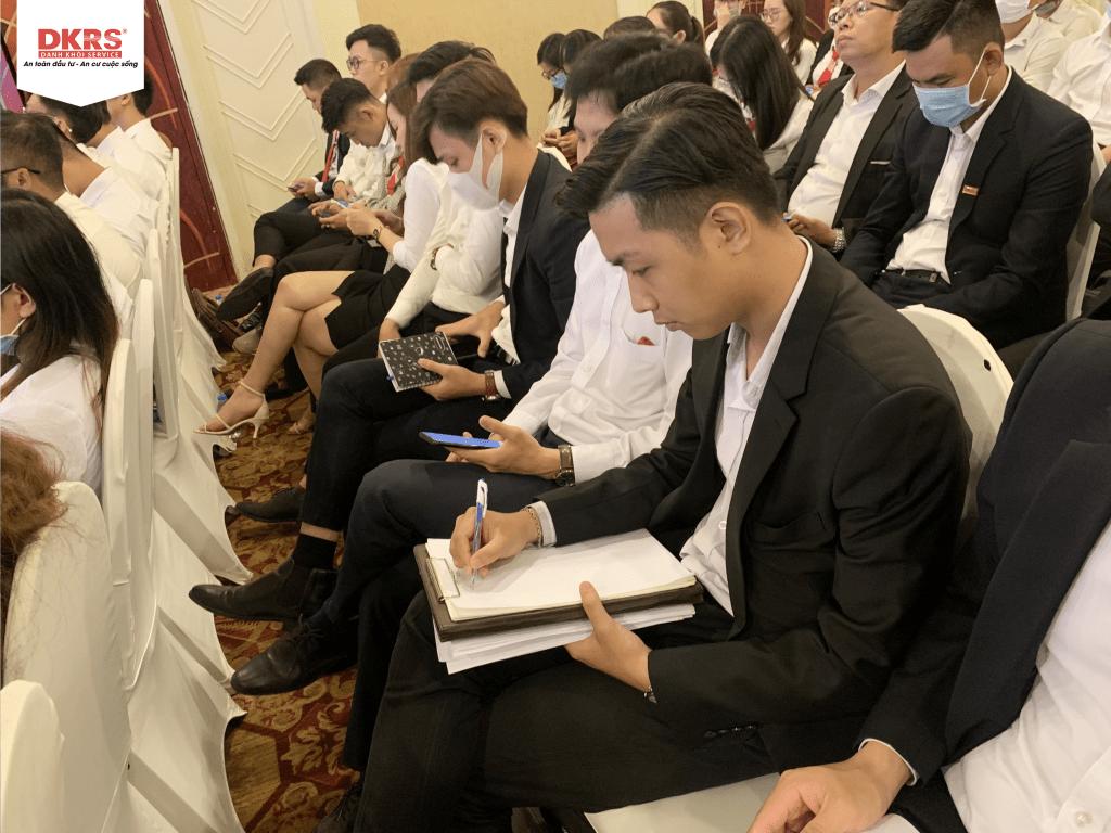 Các chiên binh chăm chú ghi lại nội dung và chính sách của dự án